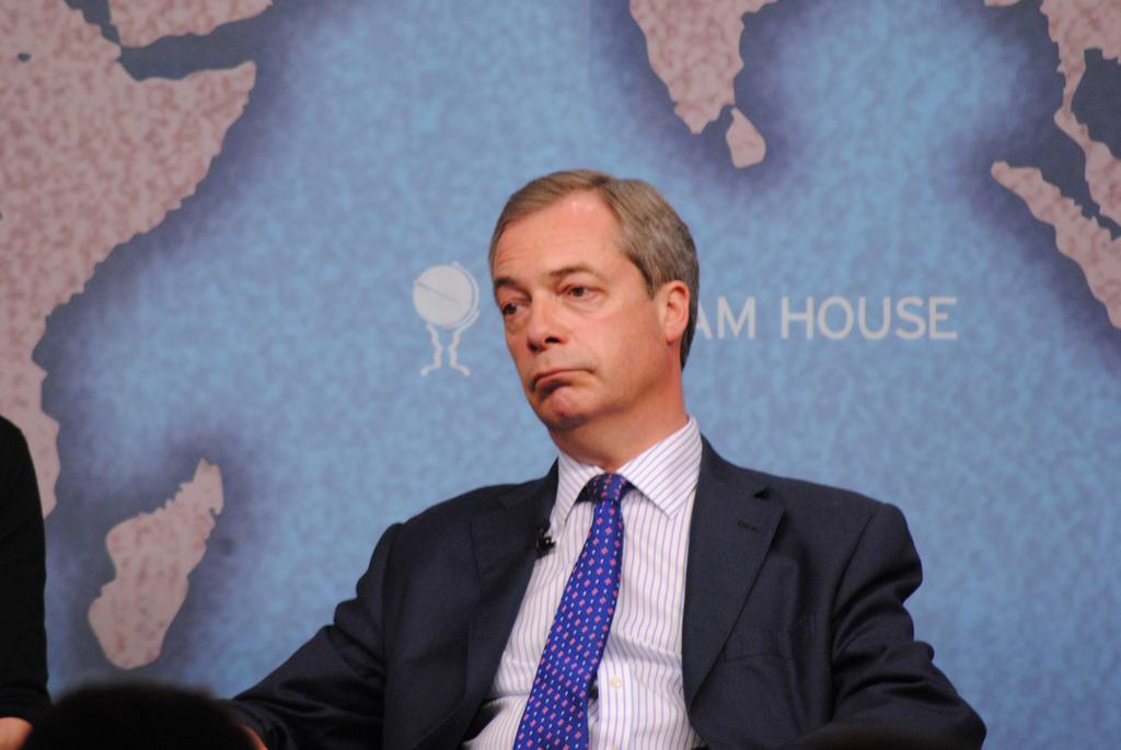 Nigel Farage cupuje Junckera za šikanu