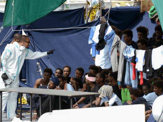 Itálie musí s krajní naléhavostí zase otevřít přístavy a migranti se musí rozdělit po celé Evropě, usnesla se Evropská komise