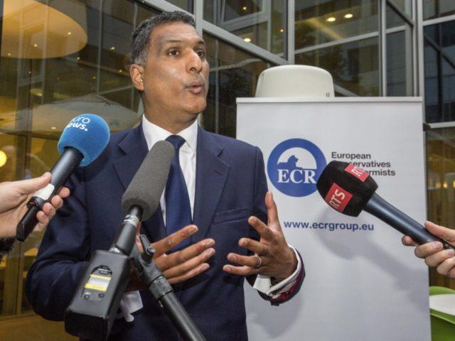 Vůdce 'konzervativců' v Europarlamentu: Evropané 'musí otevřít srdce' masové migraci