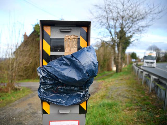 Žluté vesty už zničily 60 procent francouzských rychlostních kamer, naříká Macronova vláda