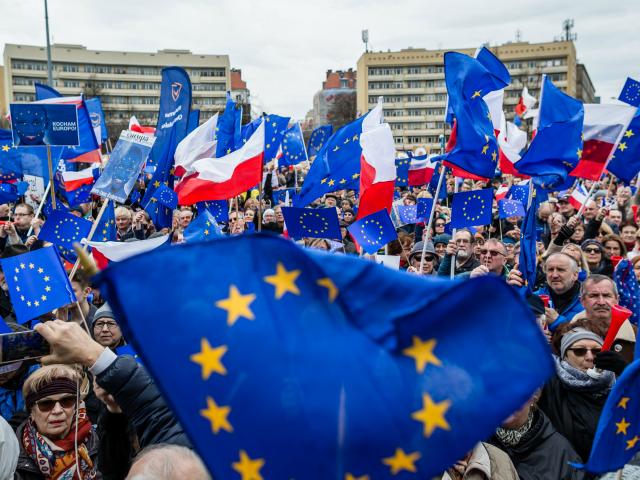 Sorosova nadace naléhá na Brusel, aby vystupňoval válku proti Polsku, 'jinak EU nepřežije'