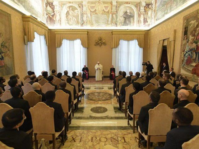 Kniha působící jako informační bomba tvrdí, že 80% vatikánských prelátů jsou gayové
