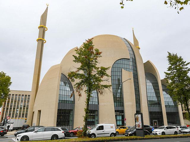 Merkelové Německo uvažuje o zvláštní dani, z níž se budou financovat mešity a další islámské instituce