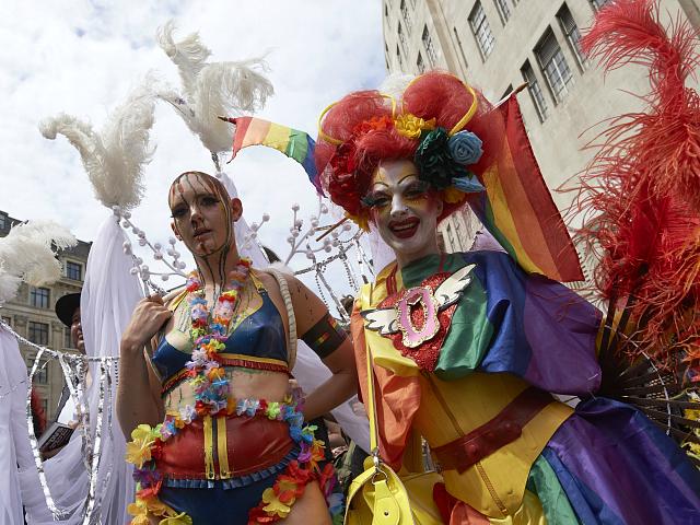 Matku vyhodili z britské hospody za tričko s 'trans-gender fobickým' motivem